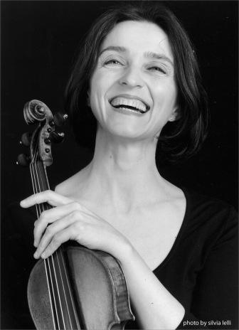 Michelle Makarski sonríe junto a su violín